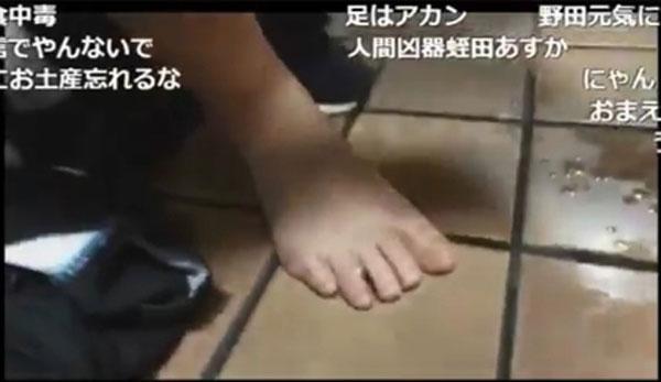 加瀬用腳捏飯糰。