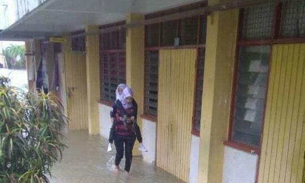 學校突發水災,地上都是污濁的雨水,恐有蛇出沒。(圖取自《大都會日報》)