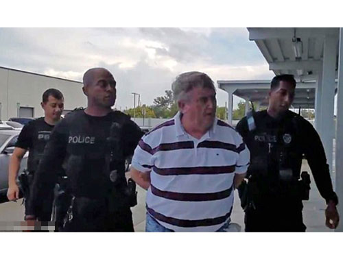 尼科爾斯(右2)上周六抵達奧蘭多時,被埋伏已久的警員逮捕。