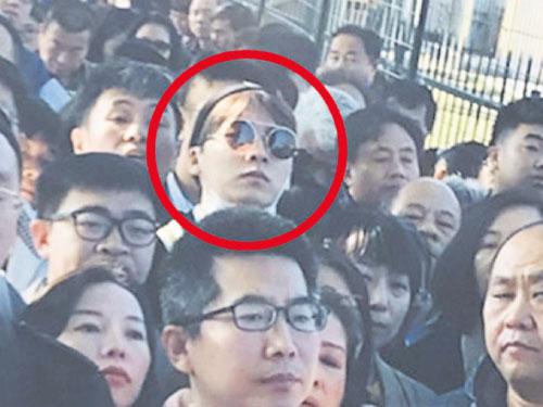 李易峰前天PO出擠在人海中的照片(右圖),稱自己整整為了辦證排了近4小時。翻攝李易峰微博
