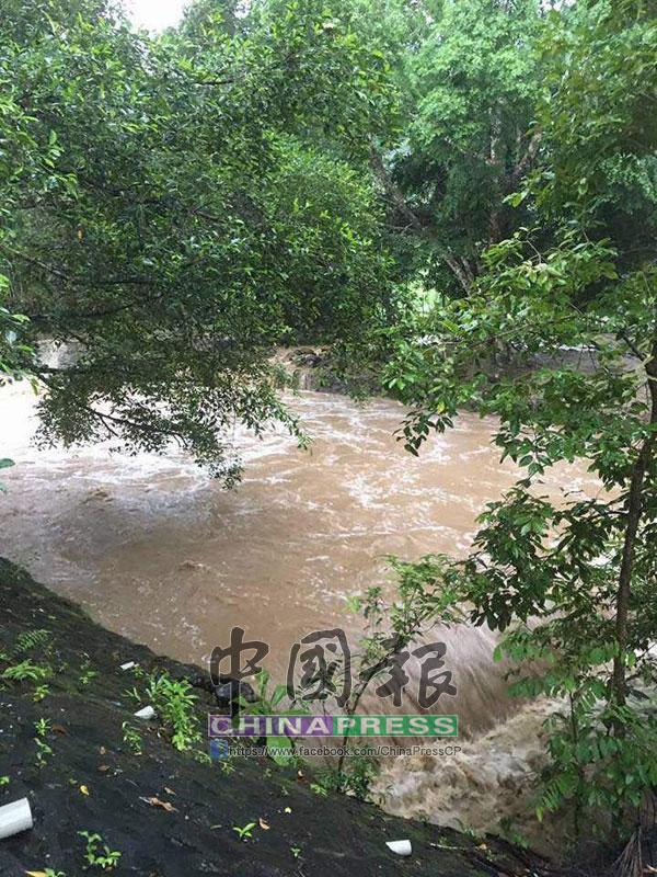 山洪暴發導致洪水直衝而下,4名小女孩被沖走,一名溺斃,3人不知所終。