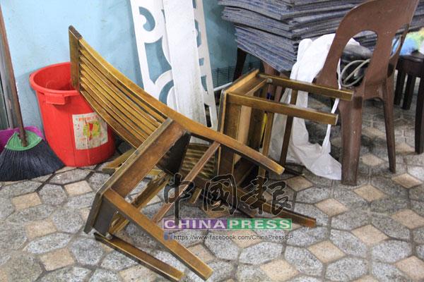 餐館兩張木椅也被打壞,可見行兇者暴力行為。