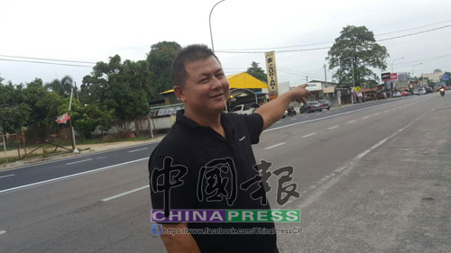 黃文標指著搶車匪,搶車后往巴央路方向逃去。