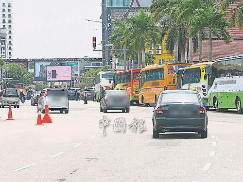 市政廳圈定了15個地點供旅巴接送客人,但遭旅巴司機霸占充作泊車位。