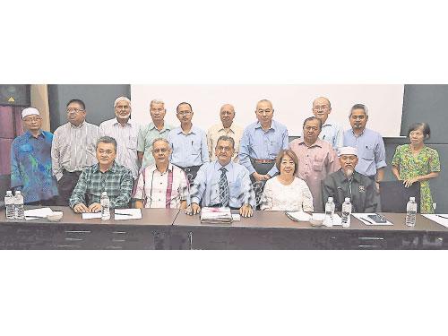 泛馬長巴業者公會成員出席新聞發布會;前排左起為周大文、沙茲達夫、莫哈末阿斯法、楊紫芬及拉蘇爾。