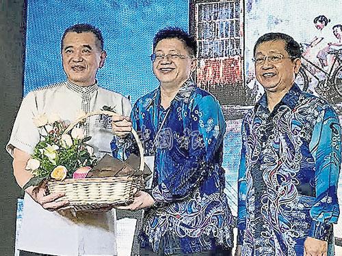 王仕發(中)贈送紀念品給陳德欽(左),右是黃再平。