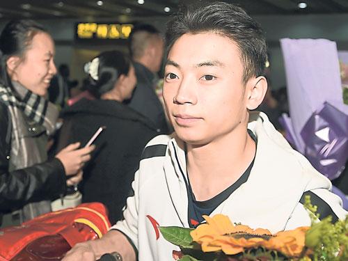 鄒敬園首次參加世錦賽即帶回雙杆金牌。(新華社)
