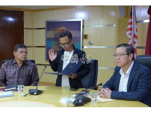 萬吉萬胡先于今年9月28日,在公正黨總秘書賽夫丁(左)和林冠英(右)見證下,宣誓上任為首長資訊官。(檔案圖)