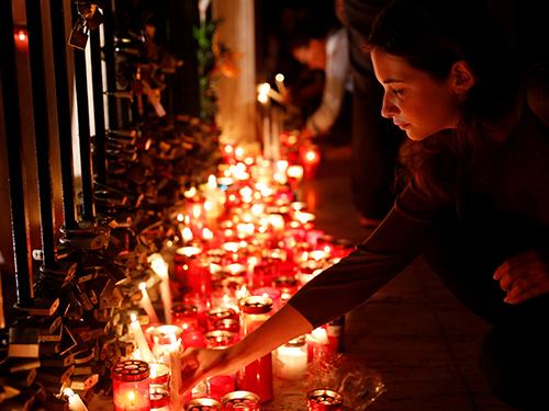 人們擺放蠟燭悼念女記者,並抗議兇手的殘暴。