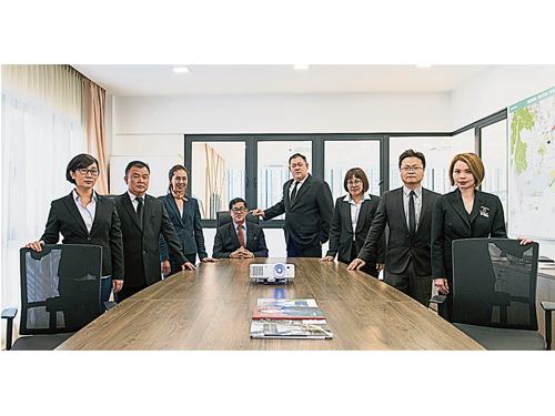 左3為陳伶俐,坐者是其父親丹斯里陳成龍,右4是大哥陳偉聖,也是龍城集團執行董事。