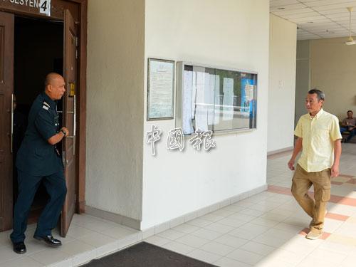 被告周德仁(譯音,右)因無法償還5萬令吉罰款,入獄5個月。