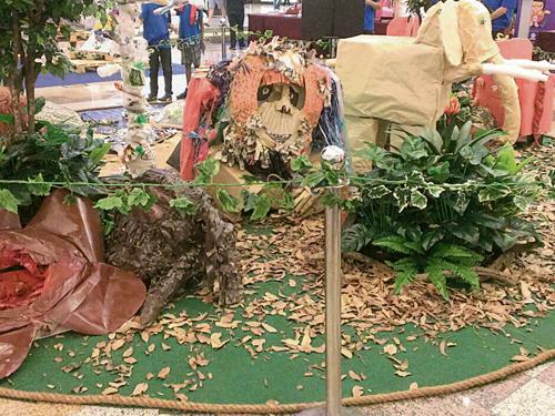 馬來西亞根與芽計劃帶領學生利用垃圾制做的人猿和大象模型。