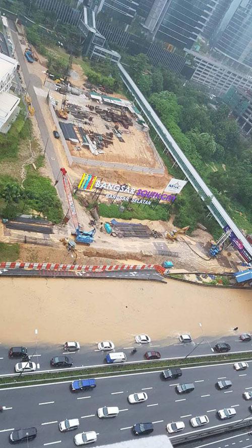 中午一場豪雨,導致聯邦大道5.3公里處發生嚴重水災,道路近乎佈滿黃泥水。