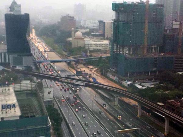 發生嚴重水災後,從谷中城往靈市的聯邦大道,瞬間出現數公里長的車龍。