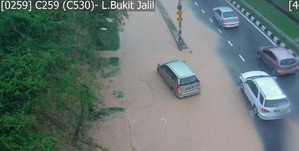 武吉加裡爾大道發生嚴重積水,交通馬上受到阻礙。(圖取自《Astro Radio Traffic》)