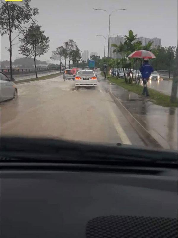 阿旺柏沙路出現積水後,駕駛者只能緩慢駛過。