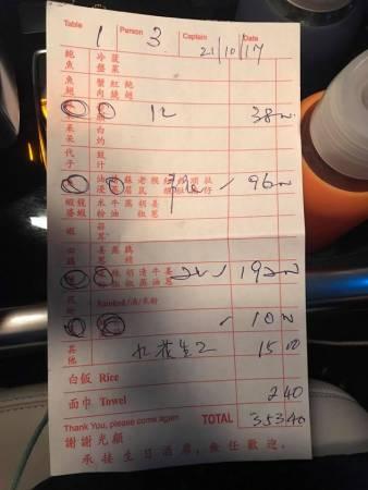 Kenneth Tan向網友出示收據,一碟花生賣45令吉,一盤螃蟹米粉要價600令吉。