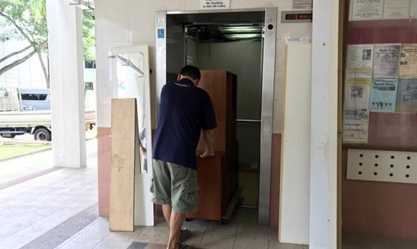 四女兒請搬運工人搬走大小件傢俱。