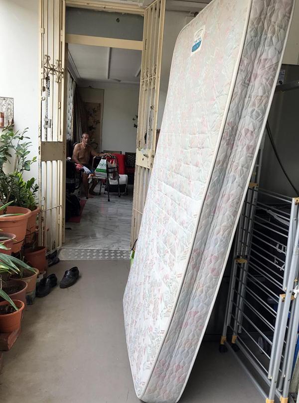 四女兒昨天請搬家公司人員上門,連父母家中的床也搬走。