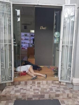 兩人倒臥在美容院入口處。
