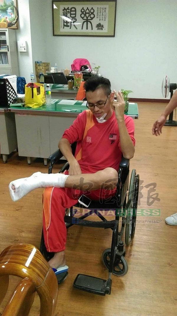 李漢祥腳踝骨裂,包上石膏。