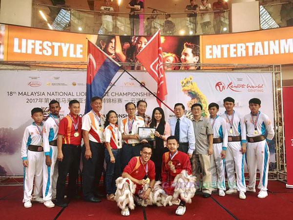 由張漢祥(前左起)與張俊凱組成的獅隊,過去8年內代表關聖宮奪得7次世界冠軍寶座;站者左6為陳忠興。