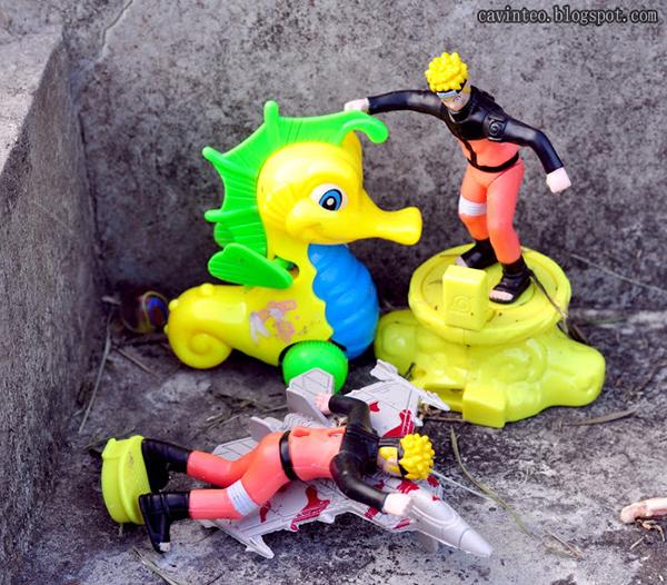 有心人在小死者墳前留下玩具。