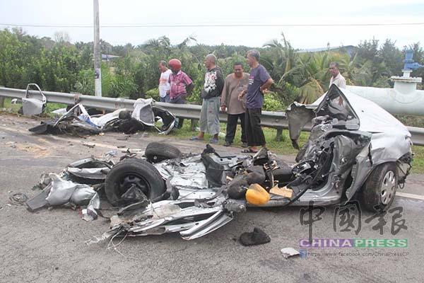 國產普騰賽佳轎車撞得毀不成形,如同廢鐵。