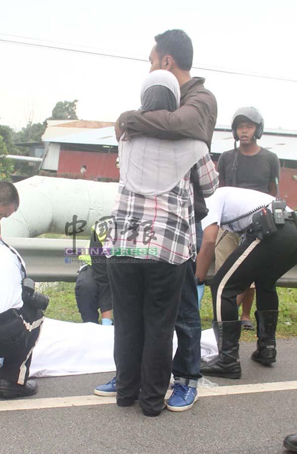 死者姐姐及親屬抵現場後,相擁痛哭。