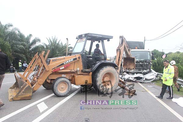 警方現場攔截一輛挖泥車協助,準備將轎車從羅厘車底下拖出,但不成功。