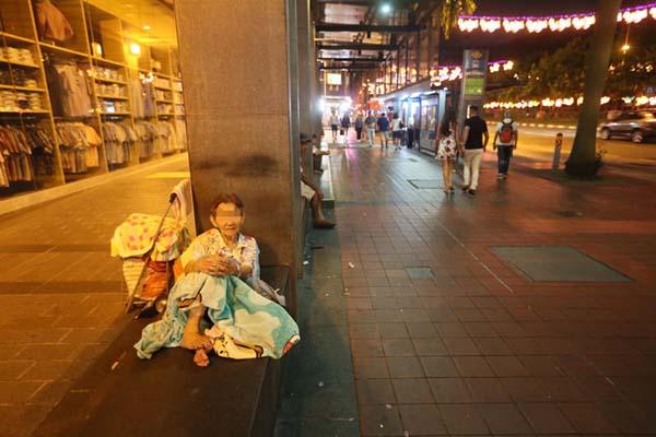 記者在CK百貨商場外的石凳上,找到阿嬤陳金婉。