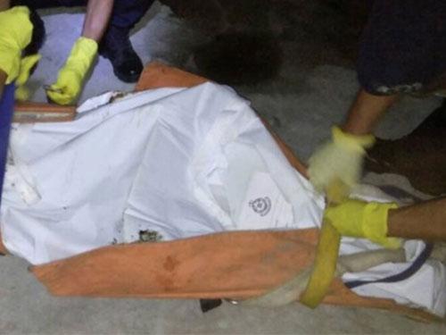 警方打包在廁所猝死青年的遺體。