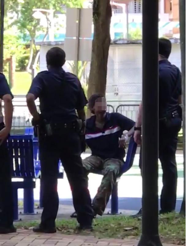 暴躁男(中)接受警員問話。