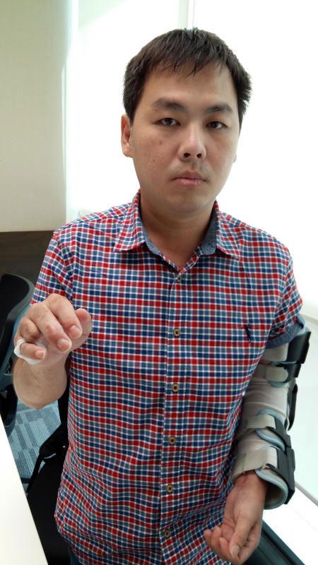 鄭子洋傷勢集中在手部,右手無名指斷落。(聯合早報)