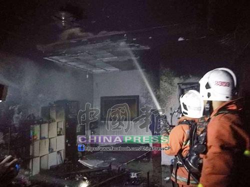 火災發生時,消拯員奮力噴水撲滅火勢。