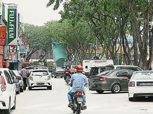 靈市第52區商業區車流量高,但泊車位不足,故常出現違例泊車情形。