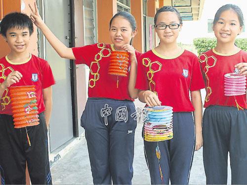 培群華小同學展示他們手中的燈籠。