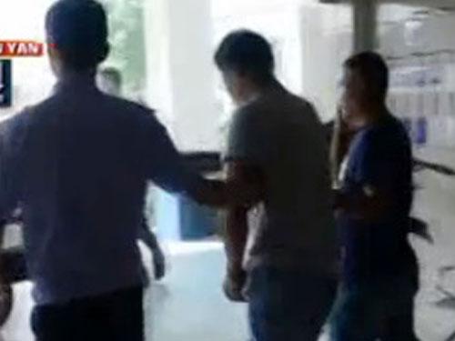 搶劫男子(中)被警方抓獲。