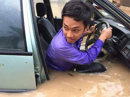巫裔青年在行駛途中遇上水災,導致他連人帶車浸泡在水中,動彈不得。