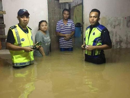 警方到災區護送居民至臨時疏散中心,同時協助他們搬離財物。