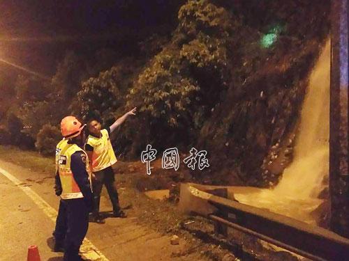民防局成員夜間前往視察流水處。