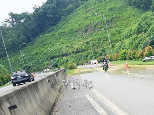 大雨後路段積水,而交通仍順暢,車輛通行無阻。