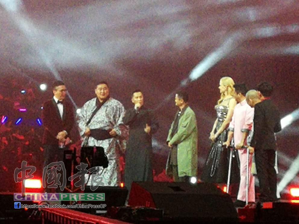 """播畢""""功守道""""预告片,阿里巴巴集團董事局主席馬雲(右5)及其他國際巨星出席,準備見證雙11的開始。(本報葉愛雲攝)"""