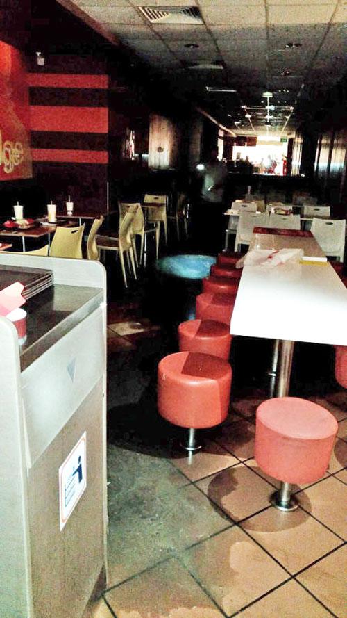 麥當勞天花板上的污水管爆裂,導致麥當勞被關閉,地上滿是污水水跡。(受訪者提供)
