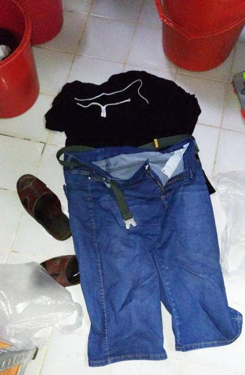 陳婆婆準備扔掉被污水淋濕後,臭氣熏天的衣物和大小錢包。