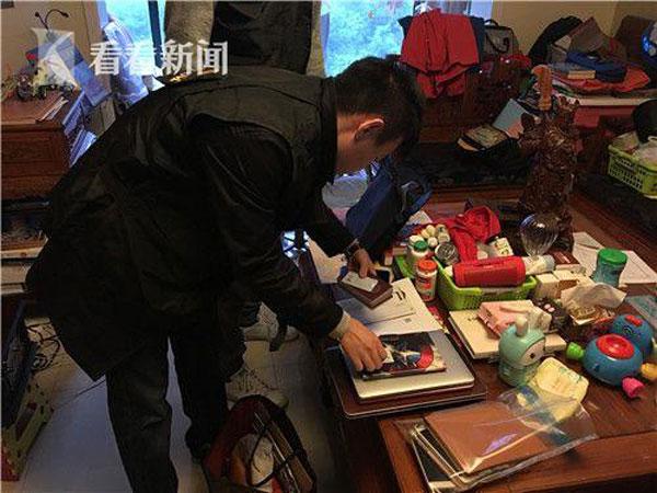 警方人員逐一翻閱嫌犯的記錄簿,尋找蛛絲馬跡。