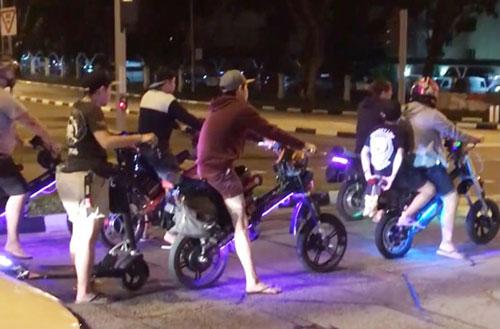 一群電動腳車騎士超速行駛,被拍下公開。(視頻截圖)
