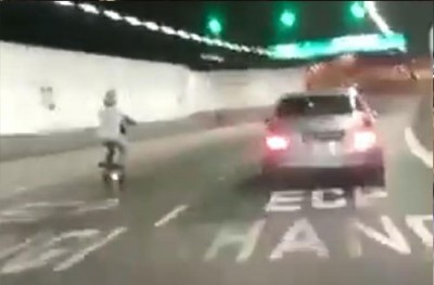 電動滑板車騎士在高速公路上飛快行駛。(視頻截圖)