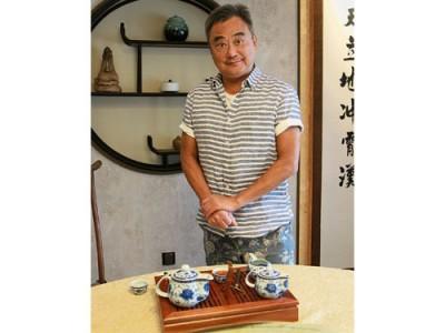 茶坊喝茶,陳昇的表情特搞怪,嚴肅中帶詼諧,有種冷面笑匠之感。