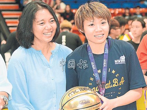 昔女方淑雯(右)從雪州大臣機構(MBI)總財務長詹妮法手中接過決賽最佳球員獎的金球。